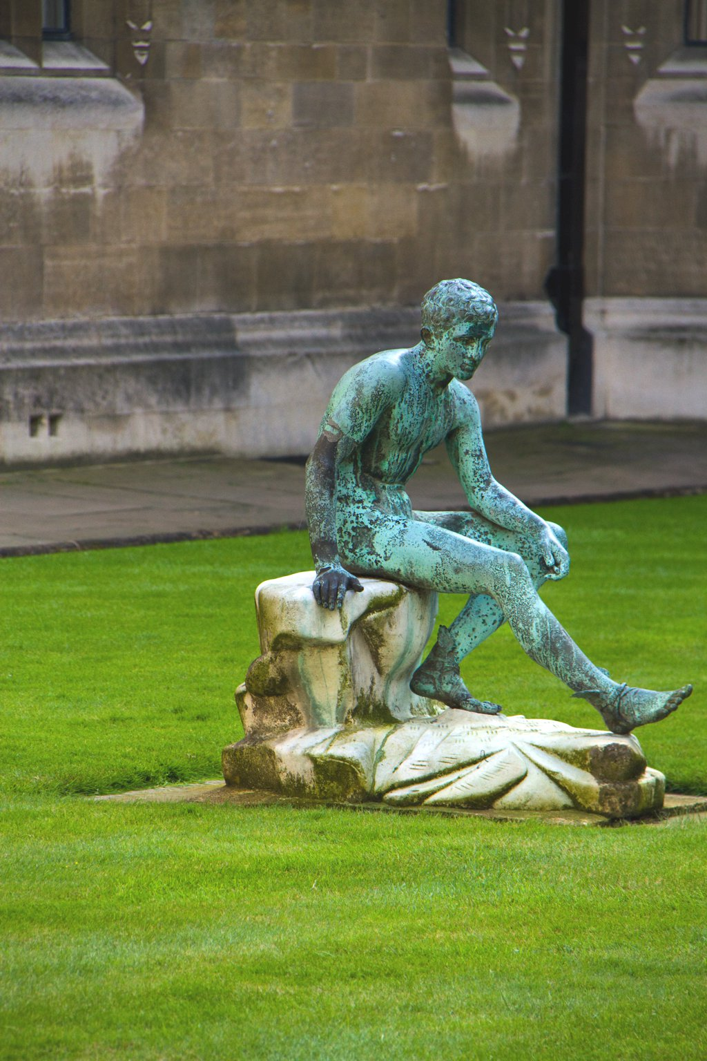 Cambridge College Innenhof Figur